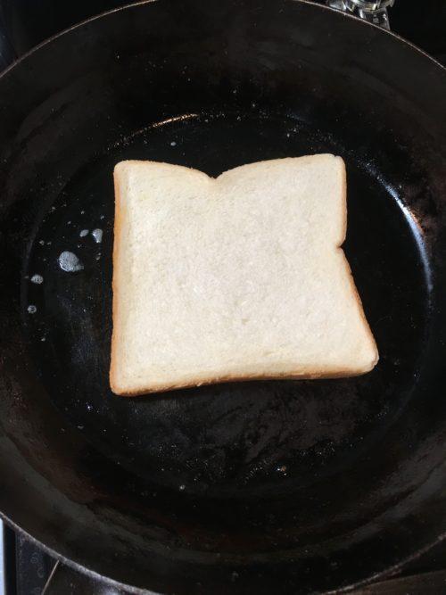 パンをフライパンで焼く