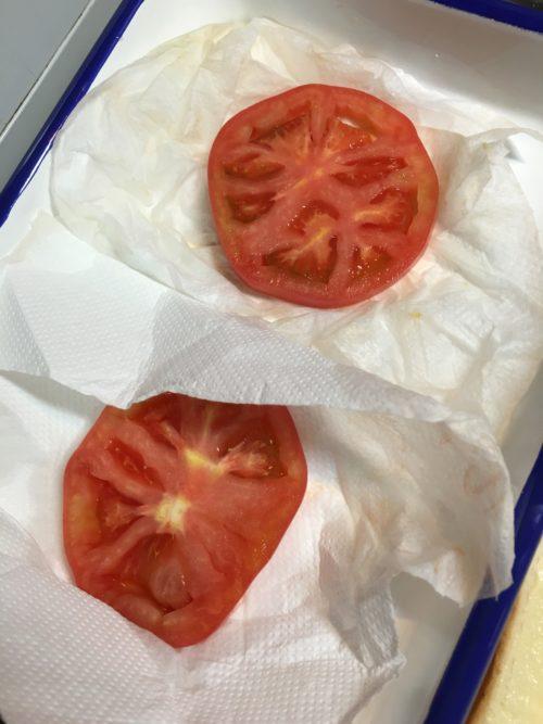 トマトの水気を切る